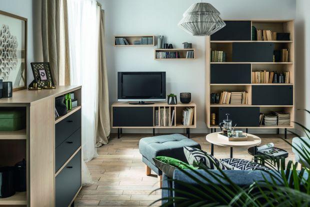 Jak ustawić telewizor w salonie - to pytanie, które zadaje sobie wiele osób podczas urządzania mieszkania. Sprzęt rtv możemy wyeksponować albo dyskretnie ukryć w mało widocznym miejscu, w zależności od upodobań.