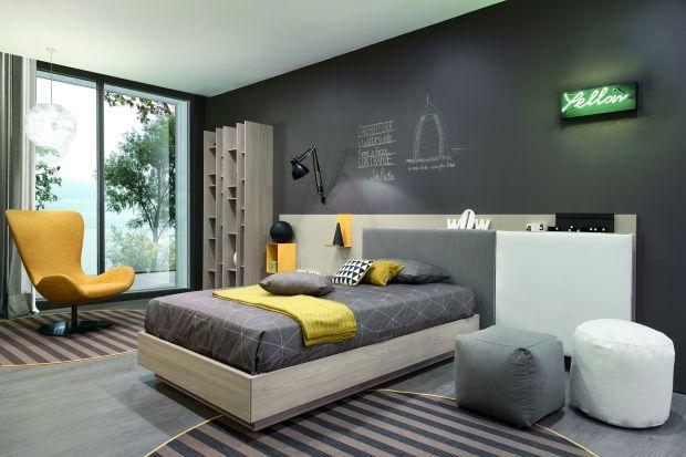 Jeśli chcemy mieć modne i komfortowe łóżko, warto znaleźć takie, które umożliwi nam – oprócz spania – również wygodne wieczorne czytanie, przechowywanie pościeli i innych przedmiotów.