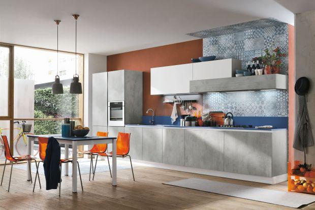 Szarość w kuchni może mieć różne oblicza - od kamiennych i betonowych, surowych i szorstkich powierzchni, poprzez gładkie matowe grafity - aż po lśniące, wysokopołyskowe fronty.