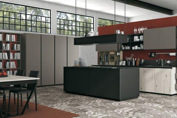 Otwarte półki w kuchni to możliwość wyeksponowania pięknej zastawy czy kolekcji książek kucharskich. To również łatwość korzystania z przedmiotów, które są zawsze widoczne i pod ręką.