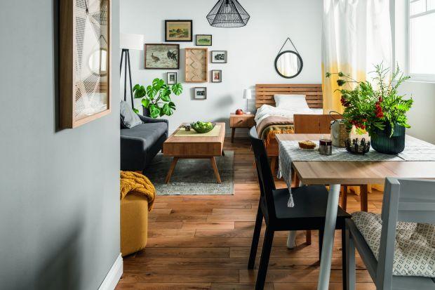 Nawet w bardzo małym wnętrzu można stworzyć przytulną i funkcjonalną przestrzeń do życia. Warto jednak dobrze ją zaplanować, dobrać odpowiednie meble i postarać się, by znalazło się miejsce na wszystkie potrzebne rzeczy.