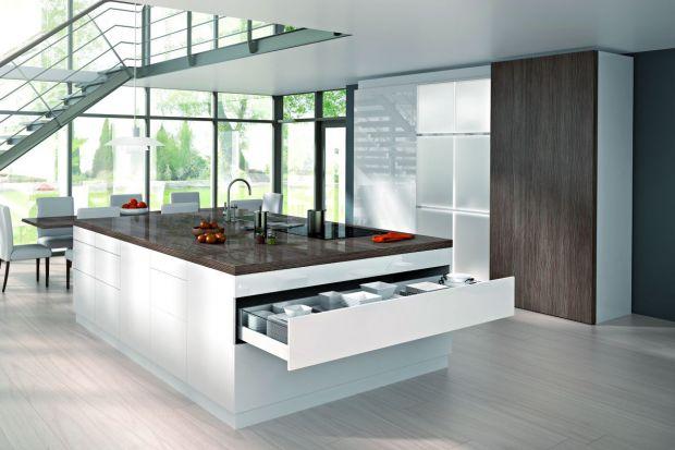 Szerokie fronty umożliwiają zaprojektowanie dużych, pojemnych szuflad, które są nieocenione w kuchni. Wymagają one jednak prowadnic o ponadprzeciętnej wytrzymałości. Na co należy zwrócić uwagę, żeby tego typu szuflady służyły przez wiele