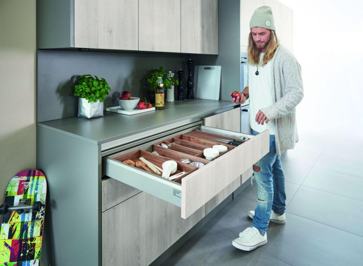 Szeroka szuflada nie tylko atrakcyjnie się prezentuje, ale to spory potencjał przestrzeni do przechowywania. Fot. Hettich