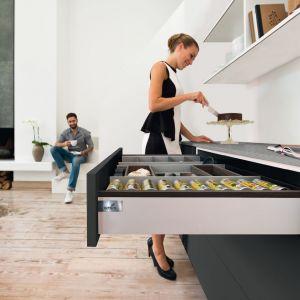 Jedna szeroka szuflada pomieści cały arsenał sztućców i akcesoriów kuchennych, dzięki czemu w poszukiwaniu tego potrzebne-go nie będziemy musieli otwierać kilku innych. Fot. Hettich