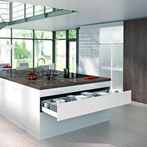 Szerokie fronty są pożądane szczególnie w projektach wysp kuchennych. Fot. Hettich