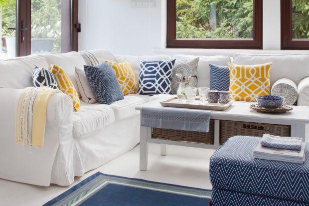 Kolorowe poduszki, które ożywiają sofę w naszym salonie, mogą być integralną - choć ruchomą - częścią mebla lub elementem, który dodajemy sami, według własnych upodobań i zgodnie ze stylistyką wnętrza.