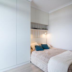 Sypialnia to również dobre miejsce do przechowywania, można zabudować część, w której jest łóżko, tworząc jednocześnie miejsce na odłożenie książki przed snem czy szklanki wody. Fot. The Space