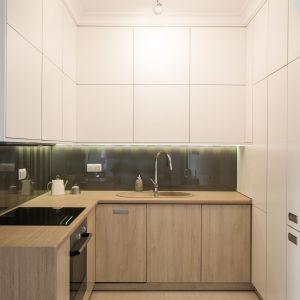W niewielkiej kuchni dobrym rozwiązaniem są półki biegnące pod sufitem. Fot. The Space