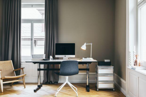 """Odsetek osób pracujących w domu rośnie systematycznie. Wielez nich chętnie korzyst z możliwości tzw. """"home office"""". Urządzenie miejsca do pracy w domu staje się więc niekiedy koniecznością."""