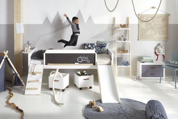 Zjeżdżalnia, huśtawka, domek dla lalek, tarcza do gry w rzutki, wymienne fronty, tablice, po których można do woli bazgrać - takie elementy pozwolą stworzyć pokój, w którym dziecko będzie się czuło jak na swoim prywatnym placu zabaw.