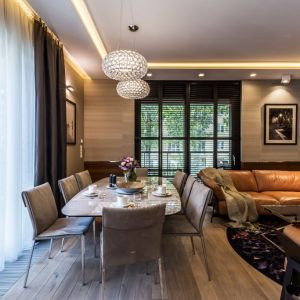 Strefa livingowa płynnie łączy się z jadalnią. Przy dużym stole znajdzie się miejsce na osiem osób. Fot. Viva Design