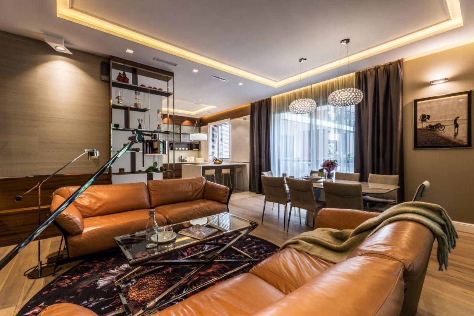 Centralnym punktem salonu są wygodne skórzane sofy. Fot. Viva Design