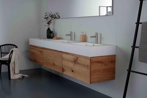 Kolory drewna sprawdzają się w każdym pomieszczeniu - również w łazience. Są ponadczasowe i nigdy nie wychodzą z mody. Dodają wnętrzu przytulności i ciepła, pomagają się zrelaksować...