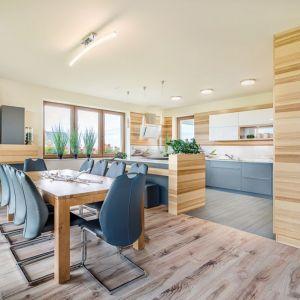Stół i krzesła oddzielające kuchnię od salonu - Studio Bossi (Max Kuchnie). Fot. Max Kuchnie