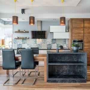 Stół i krzesła oddzielające kuchnię od salonu - Studio Piomar (Max Kuchnie). Fot. Max Kuchnie