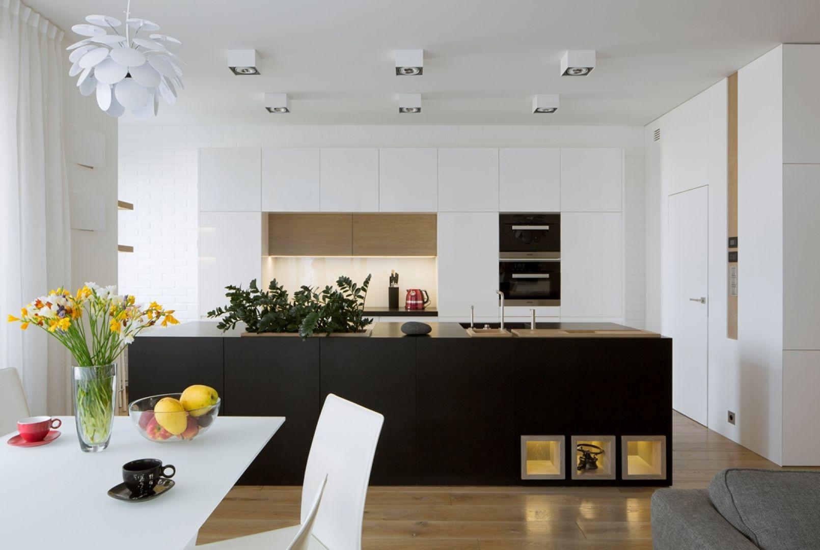 Salon płynnie łączy się z kuchnią i jadalnią. Projekt: Inter-Arch Architekci. Fot. Inter-Arch Architekci