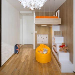 Wiszące łóżko, regał w kształcie schodków, plastyczne siedzisko - to prawdziwie rozrywkowy pokój dla malucha. Realizacja Inter Arch