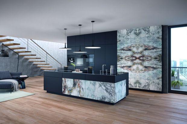 Wyspa kuchenna jest niezwykle atrakcyjnym elementem wnętrza. Szczególnie chętnie z tego rozwiązania korzystają właściciele dużych pomieszczeń. W ostatnim czasie popularnością cieszą się wyspy zdobione wzorami kamienia.