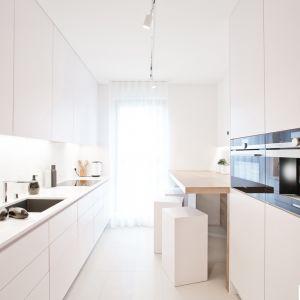 Nawet w wąskiej kuchni można wygospodarować miejsce na kącik jadalniany. Realizacja: INTO/Aqform. Fot. Fotobueno