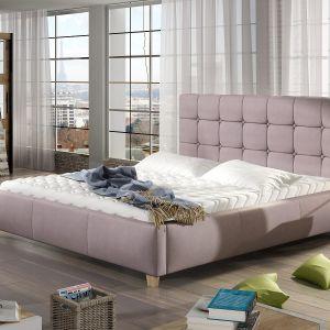 Łóżko tapicerowane Tessa w odcieniu pudrowego różu. Fot. Comforteo