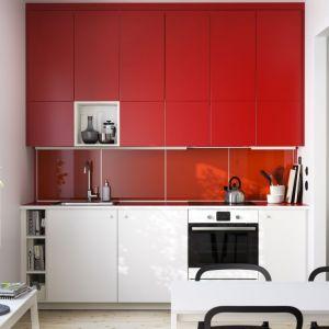 Wysoka zabudowa marki IKEA przeznaczona do aranżacji niewielkiej kuchni. Fot. IKEA