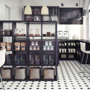 Ażurowe regały to świetny pomysł na podział wnętrza. Regał Kallax. Fot. IKEA