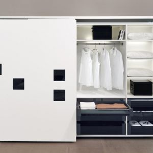 Za białym frontem można ukryć półki uszlachetnione ciemnym dekorem. Fot. Hettich