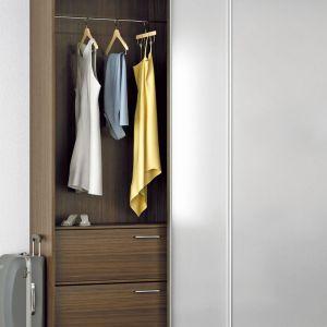 Biały kolor frontów garderoby nie oznacza wcale, że w środku również musi być biel. Fot. Hettich