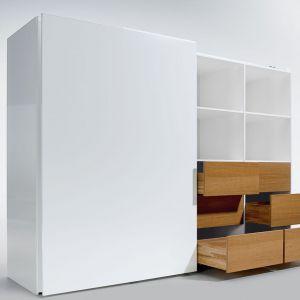 Kolorowe szuflady skrywające się za ascetycznymi, białymi frontami to sposób na urozmaicenie aranżacji wnętrza. Fot. Hettich