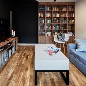 Wnętrze z błękitną sofą. Realizacja 3XEL Architekci. Fot. Paweł Augustyniak