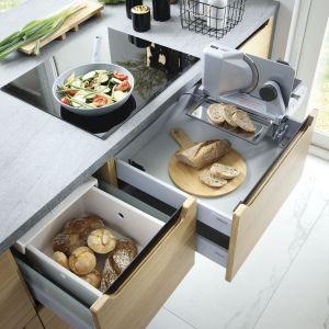W szufladzie można schować krajalnicę do pieczywa. Fot. BRW