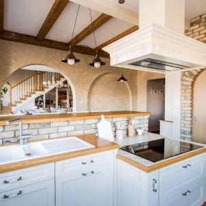 Drewnu można w prosty sposób nadać kolor pasujący do wystroju kuchni, a potem, gdy się znudzi, zmienić go na inny. Fot. Arino House