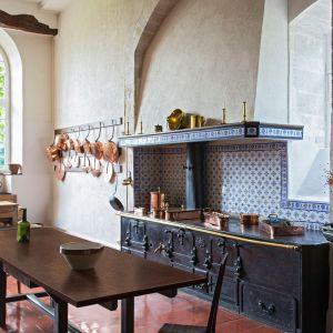 Dekor Granit Czerwony zastosowany na blacie stołu kuchnnego. Fot. Pfleiderer