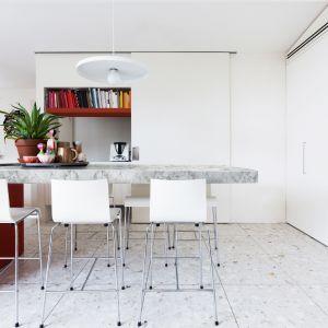 """Blat wykończony dekorem """"Marmur Carrara"""" z oferty firmy Pfleiderer. Fot. Pfleiderer"""