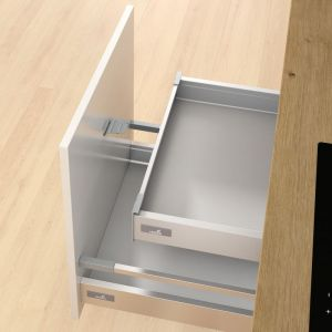 Niepozorny i prosty w działaniu zabierak łączy front wysokiej szuflady z szufladą wewnętrzną, dbając o komfort użytkowania mebla. Fot. Hettich