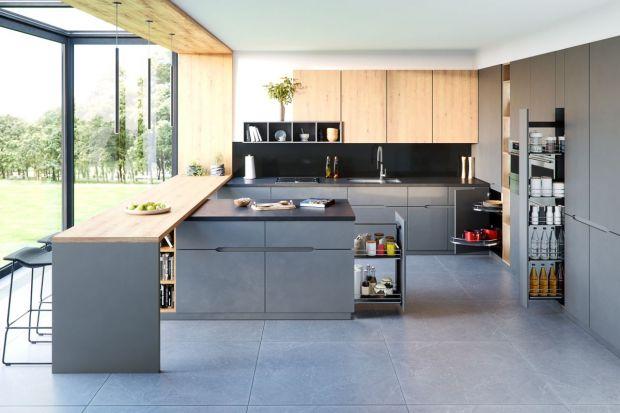 Zwykle chcemy, żeby każda rzecz znajdująca się w kuchni była zarazem schowana i łatwo dostępna.Dlatego tak ważne jest zaprojektowanie odpowiednio dużej ilości praktycznych miejsc do przechowywania.