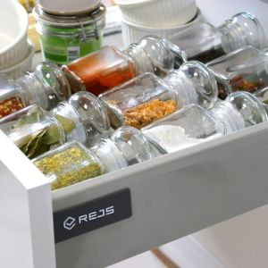 Organizatory na przyprawy do szuflad uniemożliwiają mieszanie się i przesuwanie słoiczków z ziołami, a jednocześnie odpowiednio je eksponują. Fot. Rejs