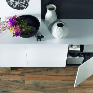 Designerskie fronty przy-kuwają uwagę atrakcyjną lekkością, która jest zasłu-gą ich mocno zmniejszonej grubości. Fot. Hettich
