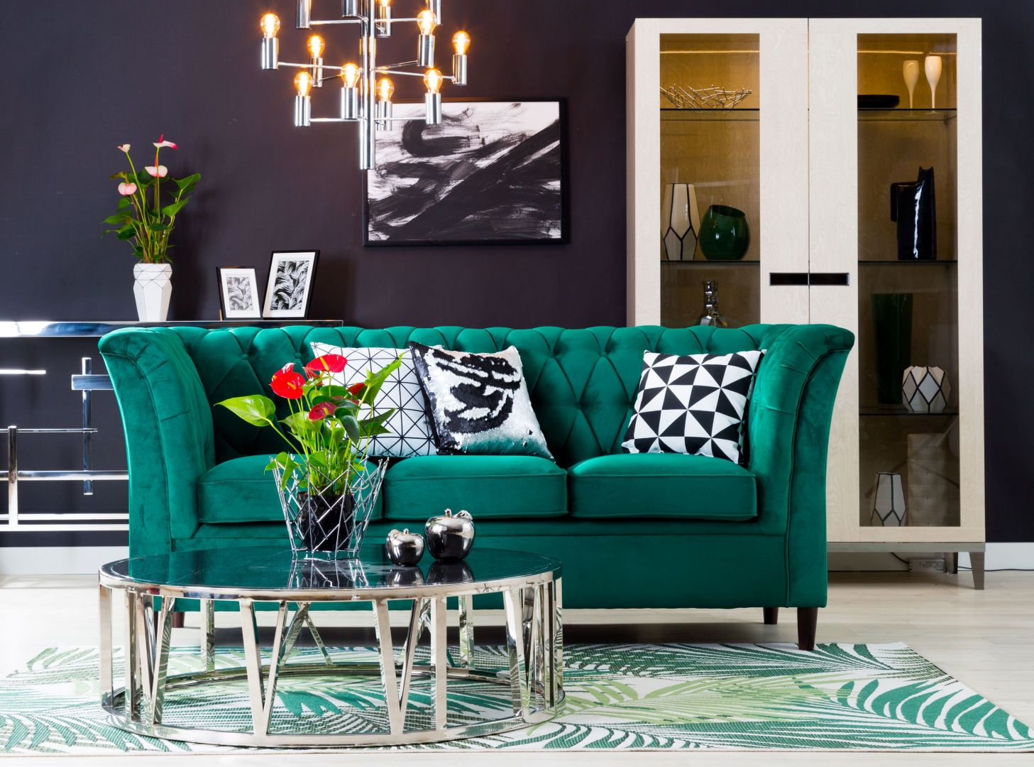 Sofa Miami z pikowanym oparciem, w kolorze butelkowej zieleni. Fot. Salony Agata