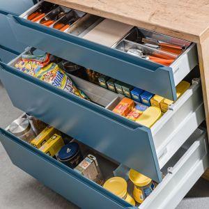 Pogrupowane według wielkości opakowań i przeznaczenia, zabezpieczone przed przesuwaniem dzięki systemom organizacji wewnętrznej, zapasy można wygodnie przechowywać w funkcjonalnych, pojemnych szufladach. Fot. Kam