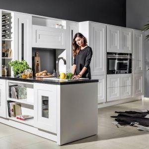 """Szuflady otwierane na dotyk ułatwiają szybkie dotarcie do potrzebnych akcesoriów. Na zdjęciu: kuchnia """"Calabria"""" firmy Halupczok Kuchnie i Wnętrza. Fot. Halupczok Kuchnie i Wnętrza"""