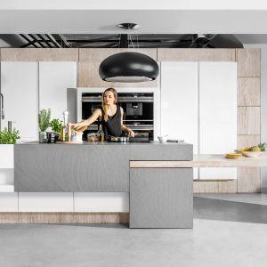 """W kuchni """"Rivoli"""" firmy Halupczok Kuchnie i Wnętrza zastosowano wygodny system bezuchwytowego otwierania. Fot. Halupczok Kuchnie i Wnętrza"""