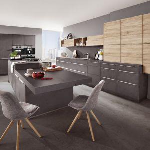 Szara kuchnia z dodatkiem drewna. Fot. Verle