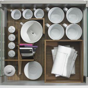 """""""OrgaStore 230"""" podzieli przestrzeń szuflady """"ArciTech"""", wydzielając osobne miejsca dla różnych typów naczyń. Fot. Hettich"""