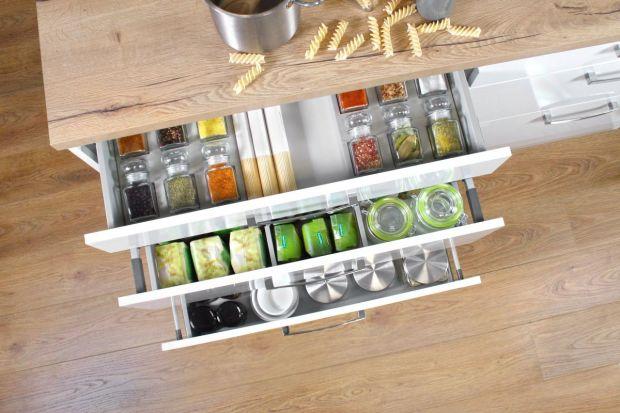 Pora na wiosenne porządki! Opłaca się je zrobić również w zakamarkach kuchennych szafek. Warto przy tym pamiętać, że dużo łatwiej wprowadzić i utrzymać w nich ład, gdy wykorzystujemy funkcjonalne akcesoria meblowe.