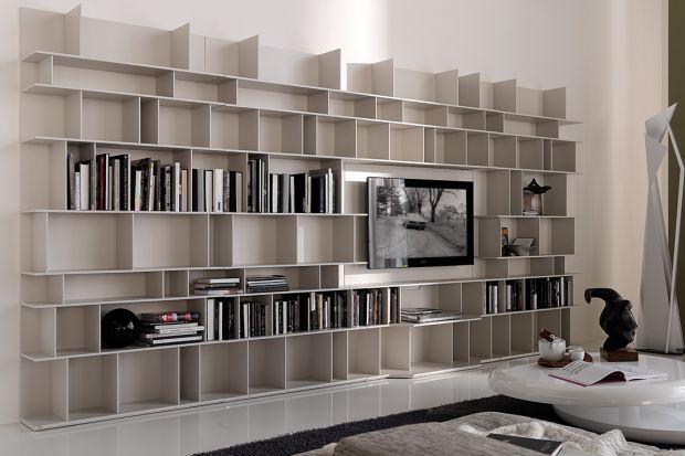 Meblościanka jest bardzo praktycznym meblem, który sprawdza się zarówno w dużych, jak i niewielkich salonach. Zmieści zarówno telewizor, jak i książki, płyty, pamiątki z podróży i dekoracyjne drobiazgi.