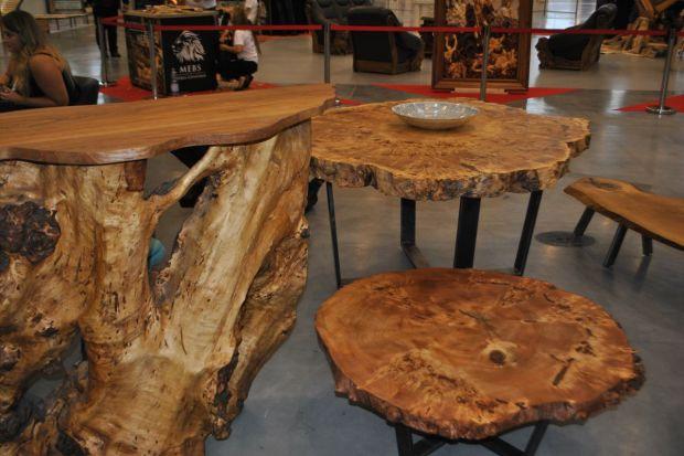 Naturalne drewno nigdy nie wychodzi z mody. Zwolennikom szlachetnych materiałów i ekologicznych trendów polecamy stoliki wykonane bezpośrednio z... pni.