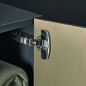 Elegancki, cienki front potrafi zmienić nawet zwyczajną zabudowę w meble klasy premium. Fot. Hettich