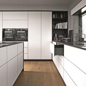 Dopełnieniem popularnego obecnie w meblarstwie stylu minimalistycznego będą szuflady, w których zastosowano system push to open. Fot. Blum