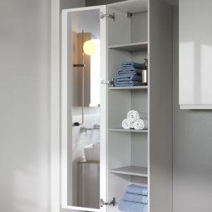 Zastosowanie zawiasów otwierających drzwi słupka aż o 165 stopni gwarantuje swobodny dostep do akcesoriów łazienkowych. Fot. Cersanit